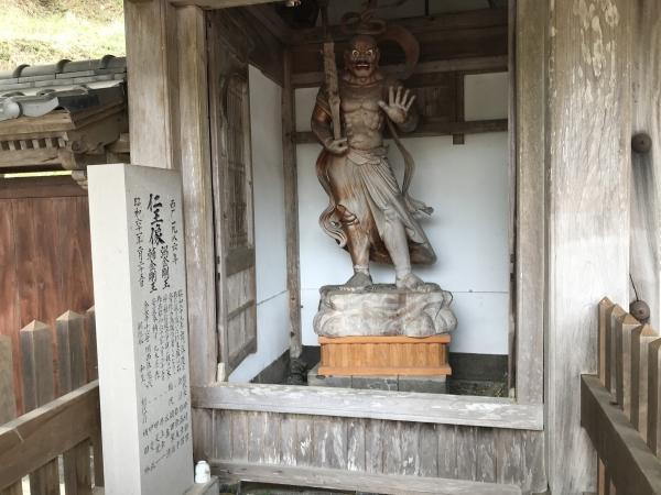 金剛力士像のような像がありました。